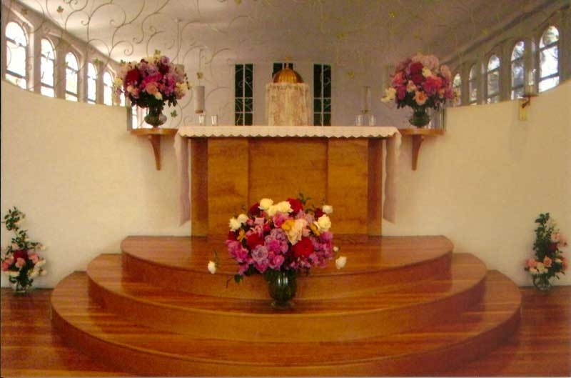 flowers-at-altar