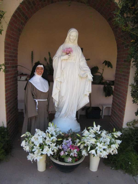 nun-with-mary-statue